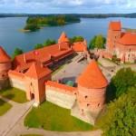 【リトアニア×ドローン空撮】湖畔に浮かぶ美しいトラカイ城